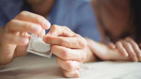 Colocar ou tirar o preservativo na hora errada e não checar se preservativo está danificado são falhas frequentes