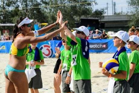 Duda recebe carinho de voluntários no aniversário de 20 anos (Foto: Divulgação/FIVB)