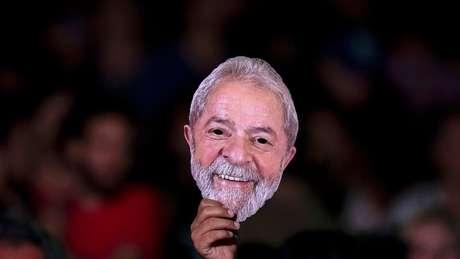 Máscara de Lula em convenção do PT que o indicou como candidato apesar da prisão
