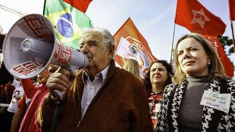 PT afirma que Lula é preso político e que condenação no caso do tríplex do Guarujá foi ilegal