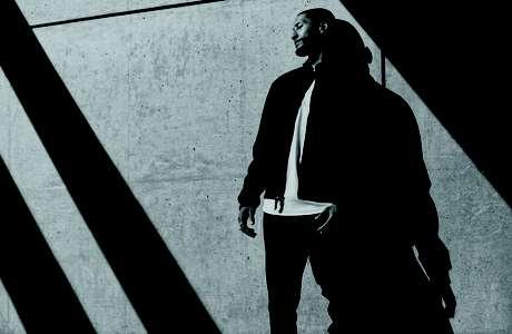 A NikeLab lança em agosto uma linha de produtos desenvolvida pela jogador de basquete LeBron James em parceria com o designer John Elliott