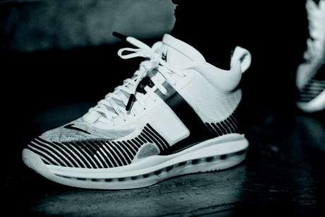 O tênis da coleção, desenvolvida com o designer John Elliott, vem com uma meia acoplada