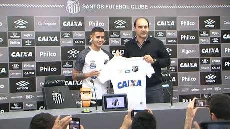González é apresentado no Santos