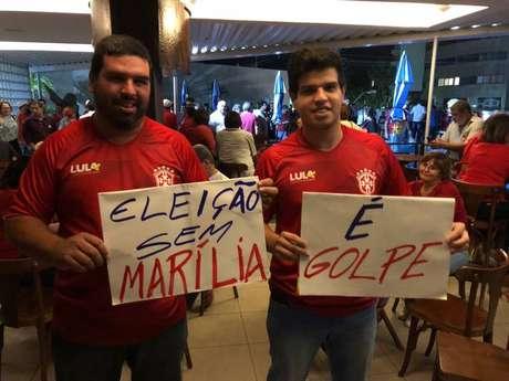 Integrantes de movimentos sociais e do PT pernambucano protestavam com faixas e cartazes.