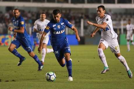 Arrascaeta domina a bola pelo Cruzeiro