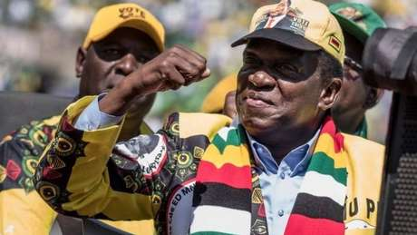 Mnangagwa diz querer unir o país, mas seus críticos dizem que ele, assim como Mugabe, tem as mãos sujas de sangue