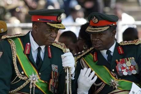 O general Chiwenga (esq.) foi um grande fiador da ascensão de Mnangagwa à Presidência