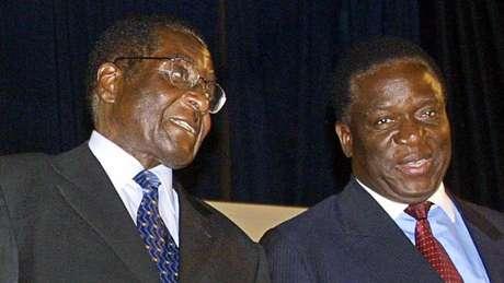 Mnangagwa (dir.) ficou à sombra de Mugabe (esq.) ao longo da carreira