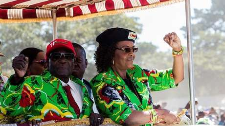 Temor de que Grace Mugabe (à dir.) assumisse a presidência levou à intervenção do Exército