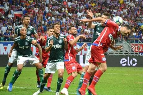 Marcos Rocha disputa bola aérea