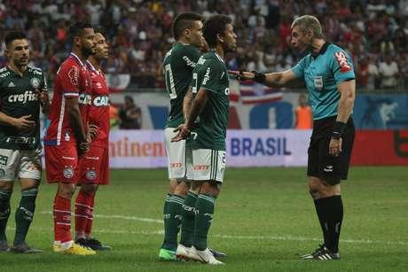 Palmeiras perdeu um pênalti e teve um jogador expulso na partida