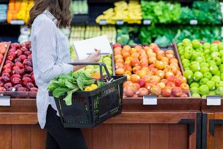 Frutas e verduras, cozidas ou cruas, estão entre os alimentos indicados