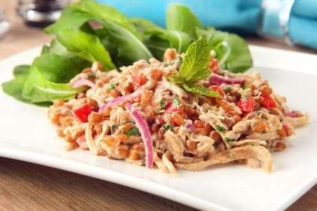 Salada de trigo e frango com especiarias