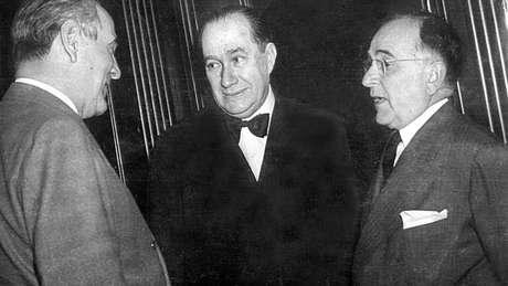 O embaixador Souza Dantas, ao centro, conversando com Oswaldo Aranha (esq.) e Getúlio Vargas (dir.)