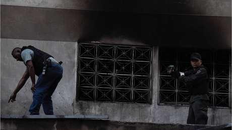 Forças de segurança inspecionam um prédio que teria sofrido danos com as explosões