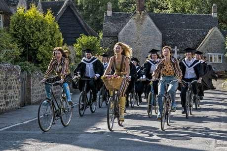 Depois da formatura, Donna e outros estudantes saem de bicicleta: cena foi gravada em Whytam, vilarejo de 131 habitantes a 1h30 de Londres