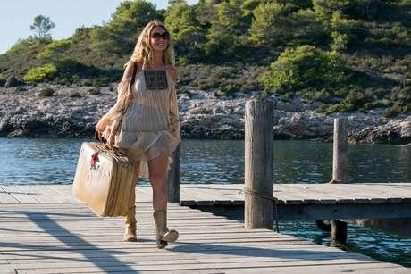 A jovem Donna (Lily James) chega a ilha de Kalokairi, na Grécia- que, na verdade, é Vis, na Croácia