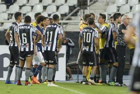 Confusão entre jogadores do Botafogo e o árbitro após o gol anulado
