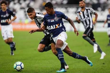 Bruno Henrique e Marcinho disputam a bola
