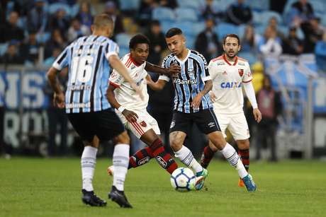 Matheus Henrique e Vitinho disputam a bola