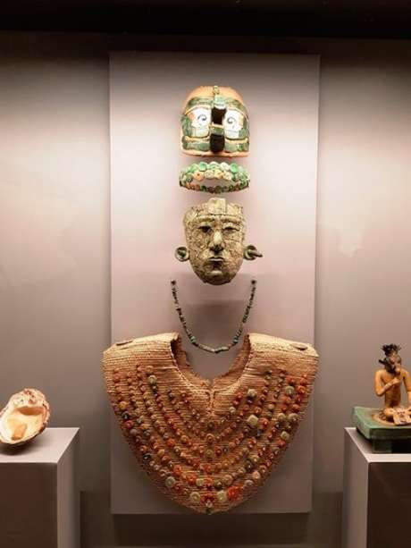 O enxoval funerário da Rainha Vermelha é composto por sete peças: máscara, tiara, colar, peitoral, cocar, concha e estatueta