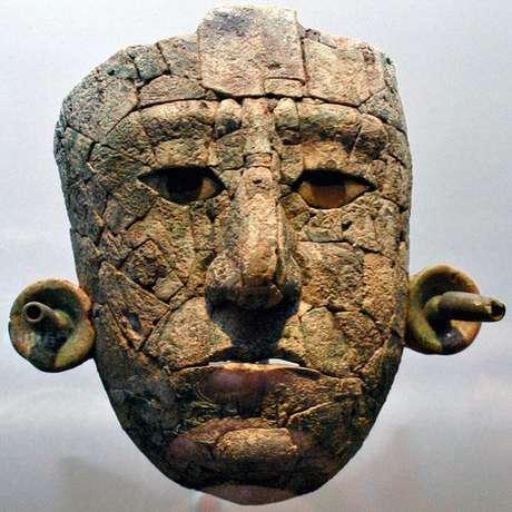 Máscara encontrada na urna funerária estava quebrada em 119 pedaços; sua reconstrução levou nove meses