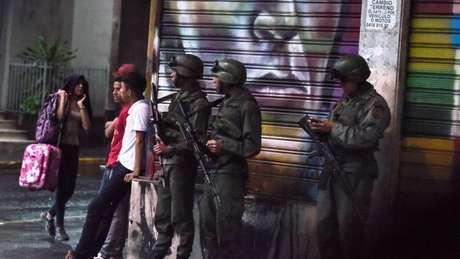 """Um grupo pouco conhecido reivindicou a autoria do """"atentado"""", enquanto Maduro acusou a Colômbia de envolvimento"""