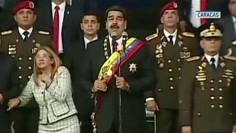 Presidente Maduro (centro) e sua esposa Cilia Flores (esquerda) participavam de um evento militar, quando ouviram um barulho alto