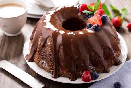 Bolo de chocolate de liquidificador com furo central coberto com calda de chocolate