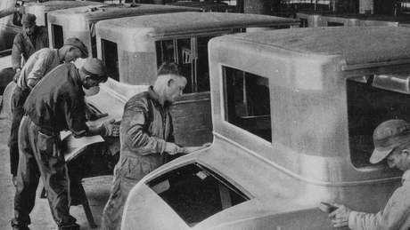 Funcionários da linha de produção dentro de uma Fábrica de Motores da Ford em Dearborn, Michigan