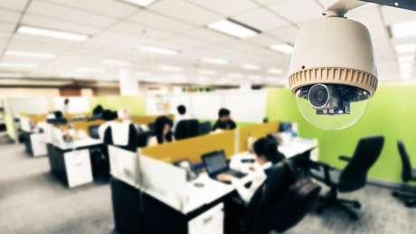 Algumas empresas usam câmeras e sensores infravermelhos para detectar quantas pessoas estão trabalhando em uma parte específica do escritório e o quanto estão se movendo