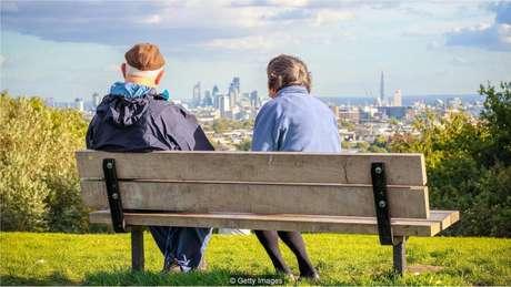 Moradores das cidades vivem mais do que os da zona rural e são idosos mais felizes