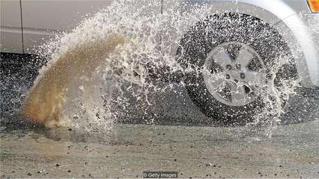 Provavelmente fazemos algumas coisas - como desviar o carro para evitar um buraco - porque nosso subconsciente notou a ação de outras pessoas