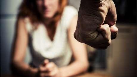 """""""Intervenção pode salvar uma vida"""", diz juíza que atua em casos de violência doméstica"""