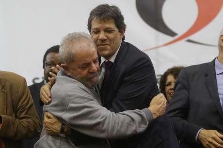 O ex-prefeito de São Paulo Fernando Haddad e o ex-presidente Lula em evento em São Paulo, em 2016