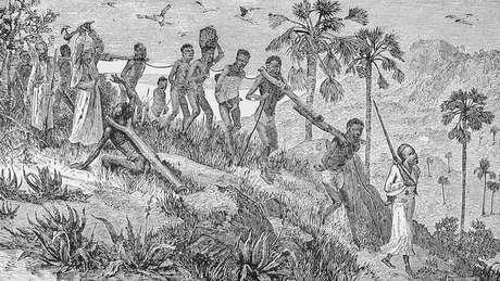 Ilustração mostra africanos capturados por outros africanos, sendo transportados até a costa, onde seriam vendidos para traficantes europeus