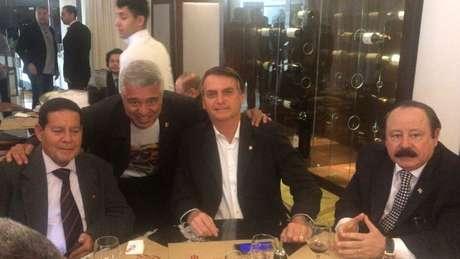 General Mourão (à esq.) ao lado de Major Olímpio, Jair Bolsonaro e Levy Fidelix, no jantar que o confirmou na vice do presidenciável do PSL