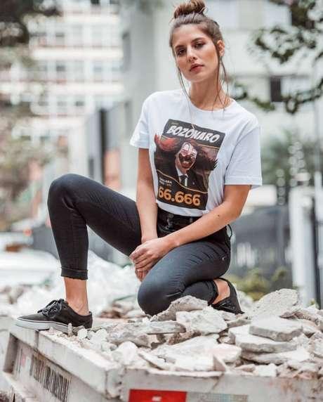 Um dos modelos da linha de camisetas Sátira Política, da Cavalera, ironizando com seu 'Bozonaro'