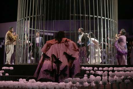 Uma das cenas de 'La Vida Breve', com a mortalha de urubus do Ver-o-Peso da personagemSalud