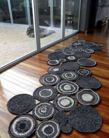 38. Caminhos com esses tapetes protegem o piso e deixam a casa mais bonita
