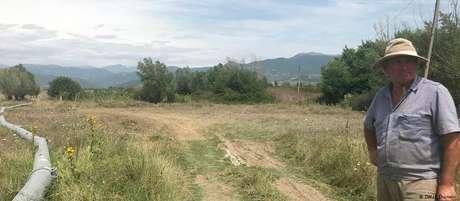 Ilya Bervashvili mostra suas terras no vilarejo de Ditsi (Geórgia), próximo à fronteira com a Ossétia do Sul