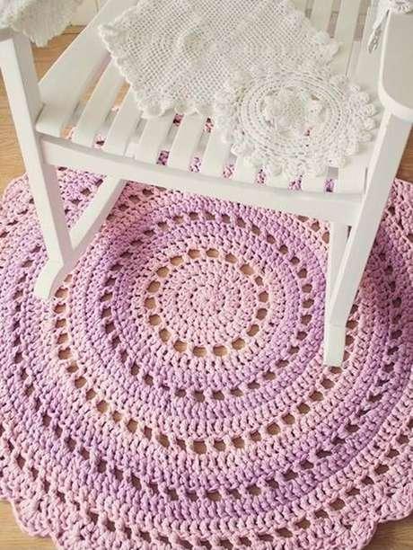 3.Tapetes decroche ficam ótimos próximo a uma cadeira de balanço