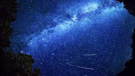 O número de estrelas cadentes por hora aumenta durante o pico do fenômeno