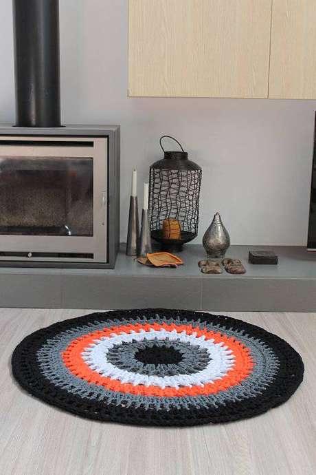 32. Cores sóbrias e vibrantes se complementam e podem ficar lindas juntas no tapete de crochê