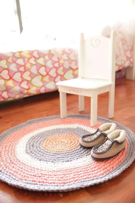 11. Tapetes de crochê em quartos infantis femininos também ficam lindos
