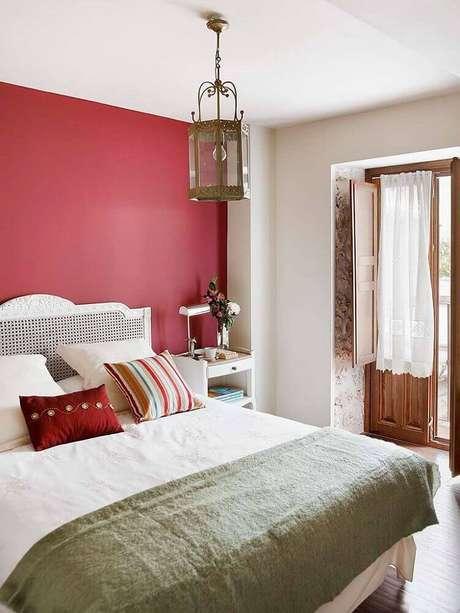 10. Esse quarto com parede vermelha recebe bastante claridade natural, o que é aconselhável – Foto MiCasa