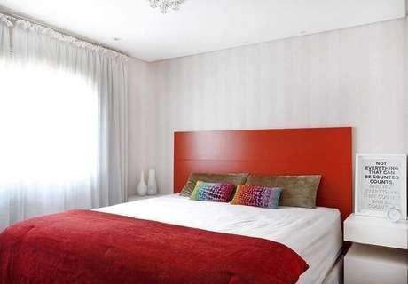 12. Decoração para quarto vermelho e branco com cabeceira de madeira – Foto: Viva Decora