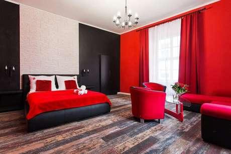 14. Se você quiser ousar ainda mais, nos quartos vermelhos também existe a possibilidade de pintar uma parede de preto – Foto: Pinterest