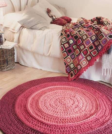 12. Criar o visual de um degrade pode ficar lindo num tapete de crochê