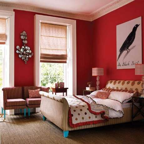 15. Decoração clássica para quarto com parede vermelha – Foto: Grezu